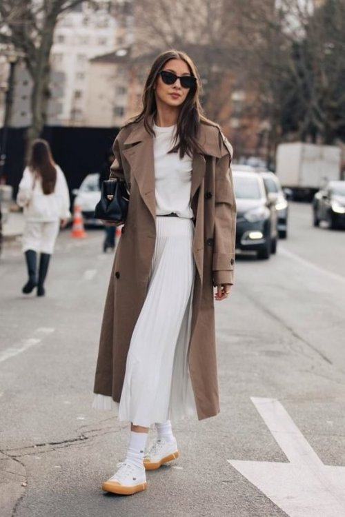 Bézs trench coat fehér flatform sneakerrel